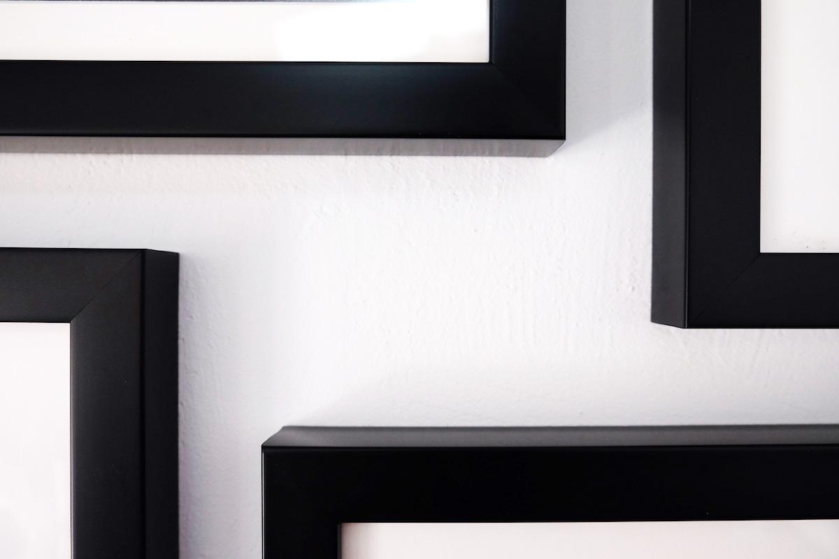 composition de cadres sur un mur